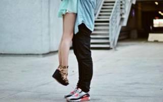 Высокий парень и маленькая девушка неудобства. Девушка выше мужчины