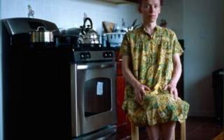 Парень носит женские вещи. Мужчины-домохозяева в женской одежде в проекте фотографа Jon Uriarte